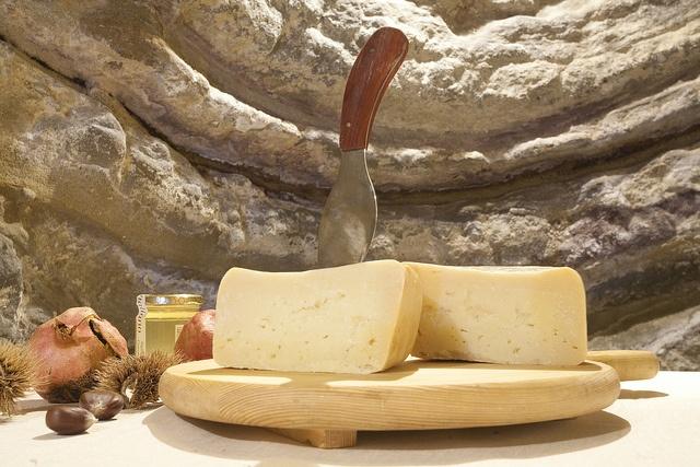 """Formaggio di Fossa dell'Ambra di Talamello - Talamello e Formaggio delle fosse dalla Porta di Sotto di Mondaino.  Fossa Cheese """"Ambra"""" from Talamello and  Fossa Cheese, cheeses matured in specially made pits in Mondaino"""
