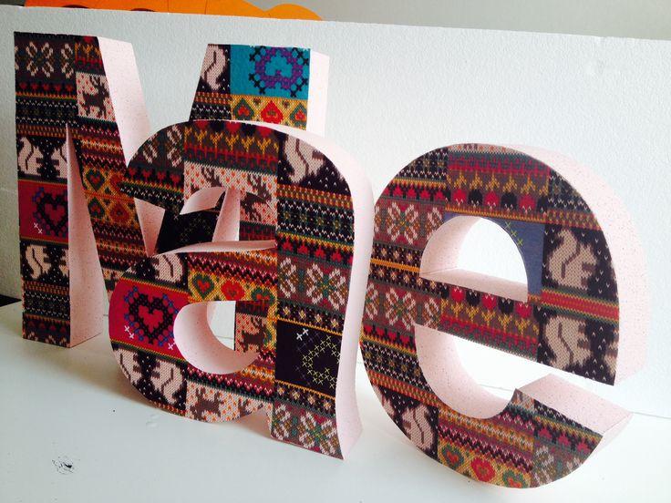 """Piepschuim letters voor in de kinderkamer, lichtroze zijkanten en gedecoreerd met de stof """"breisels'.  Styrofoam text, decorated by www.PiepschuimDecoratie.nl"""