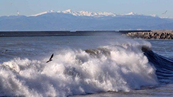 Quattro turisti arrivati da Torino hanno fatto il bagno nonostante le condizioni proibitive del mare, uno è annegato. A Cogoleto un ragazzo si è