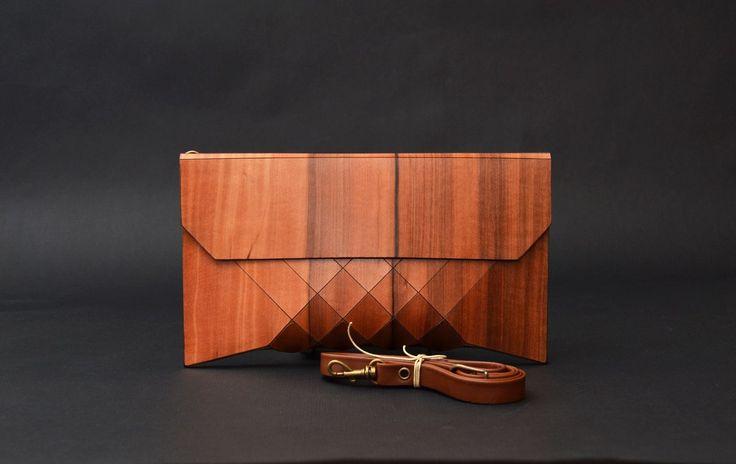 """Деревянный клатч """"Geometrika""""Клатч «Geometrika» - это эксклюзивное изделие. Для каждой сумочки используются тщательно подобранные кусочки дерева, поэтому узор никогда не повторяется. Автор создает уникальный рисунок для каждой модели, свою сумочку всегда можно будет узнать «в лицо»."""