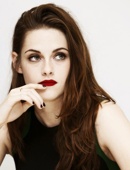 kristen stewart looks gorgeous with subtle smoky eye & vampy red lips.