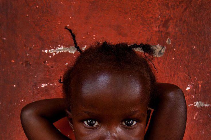 Olhares atentos, às vezes apreensivos, outras vezes solitários. Sorrisos, alguns. São crianças africanas, retratadas pelo português Daniel Rodrigues, vencedor do ...