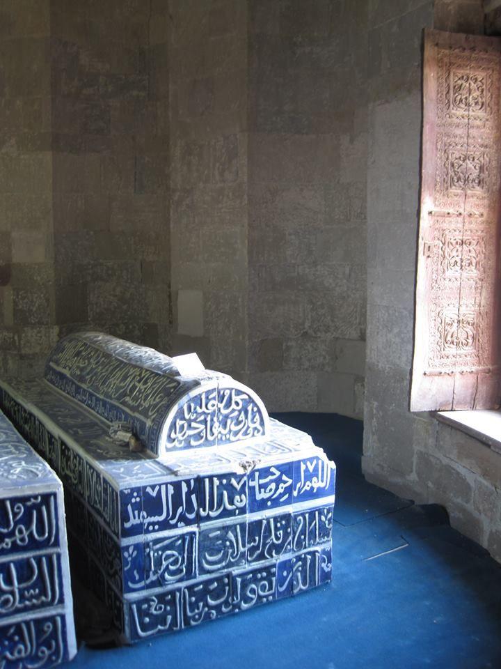 """Anadolu Selçuklu Devleti'nin, halkı tarafından """"Uluğ"""" lakabıyla çağrılan sultanı I. Alaeddin Keykubad'ın, 1220-1237, Alanya'nın girişindeki heykeli ve Konya'da Selçuklu Sultanları Türbesi'nde bulunan kabri. (The statue of Sultan I. Alaeddin Keykubad, 1220-1237, called """"The Great"""" by his people, in the town of Alanya, and his tomb in Konya, Turkey)"""