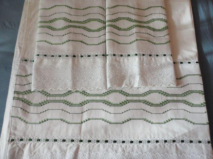 Jogo de lençol com dobra feita e fronha bordado em vagonite -Confeccionado por Maete Atelier www.facebook.com/maete.atelier