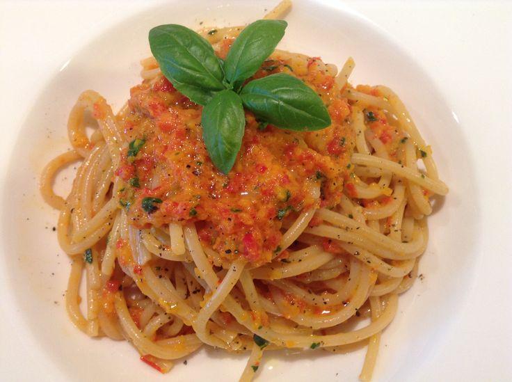 Spaghettata al kamut con pesto di peperoni abbrustoliti e basilico | Un pizzico di Marina