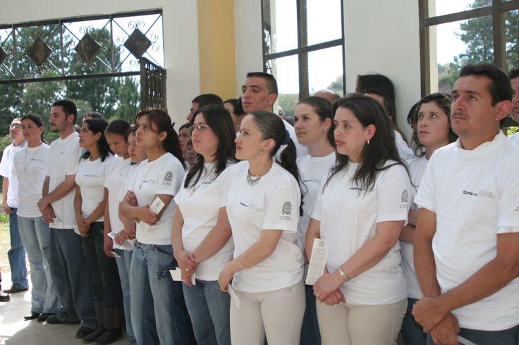16-Inauguración. 2006. Estudiantes Tecnología en Arhivística y Licenciatura Ciencias Naturales cantan himno UdeA.