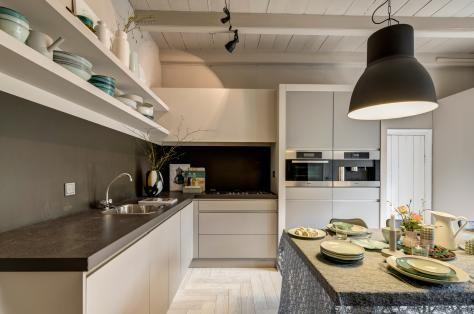 Modern landelijke keuken met gestuukte afzuiger van rtl-woonmagazine afl.5-2012