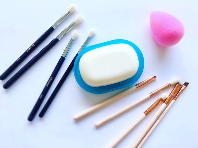 Læs, hvordan du gør makeupbørster og Beautyblender ren. Billigt og effektivt. Tip om hvordan du får en bakteriefri makeupsvamp.