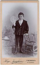 um 1900, Kleiner Junge mit Schmetterlingsnetz Eisenberg