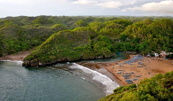 Dari atas mercusuar terlihat Pantai Baron dengan kesibukan nelayan nya