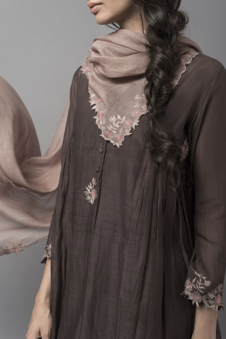 MALABAR NILOFER Chanderi and cotton silhouettes with antique gold handblock prints, floral embroidery and scalloped edges uplift this range of semi-formal wear. Crafted in earthy tones of pearl, tobacco, mist and twilight mauve, the collection captures the twilight glow of a sunset beach.