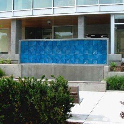 Ciekawym sposobem na nadanie przestrzeni ogrodowej indywidualnego charakteru może być kolorowe szkło. Ciekawe przykłady realizacji ze szkła wśród zieleni prezentuje firma SWON, która łączy ten uniwersalny materiał ze światłem zyskując delikatne przejścia pomiędzy strefami ogrodu lub interesujące aranżacje wodne.  http://www.sztuka-krajobrazu.pl/489/slajdy/projekty-ogrodowe-ndash-szklo-w-ogrodzie