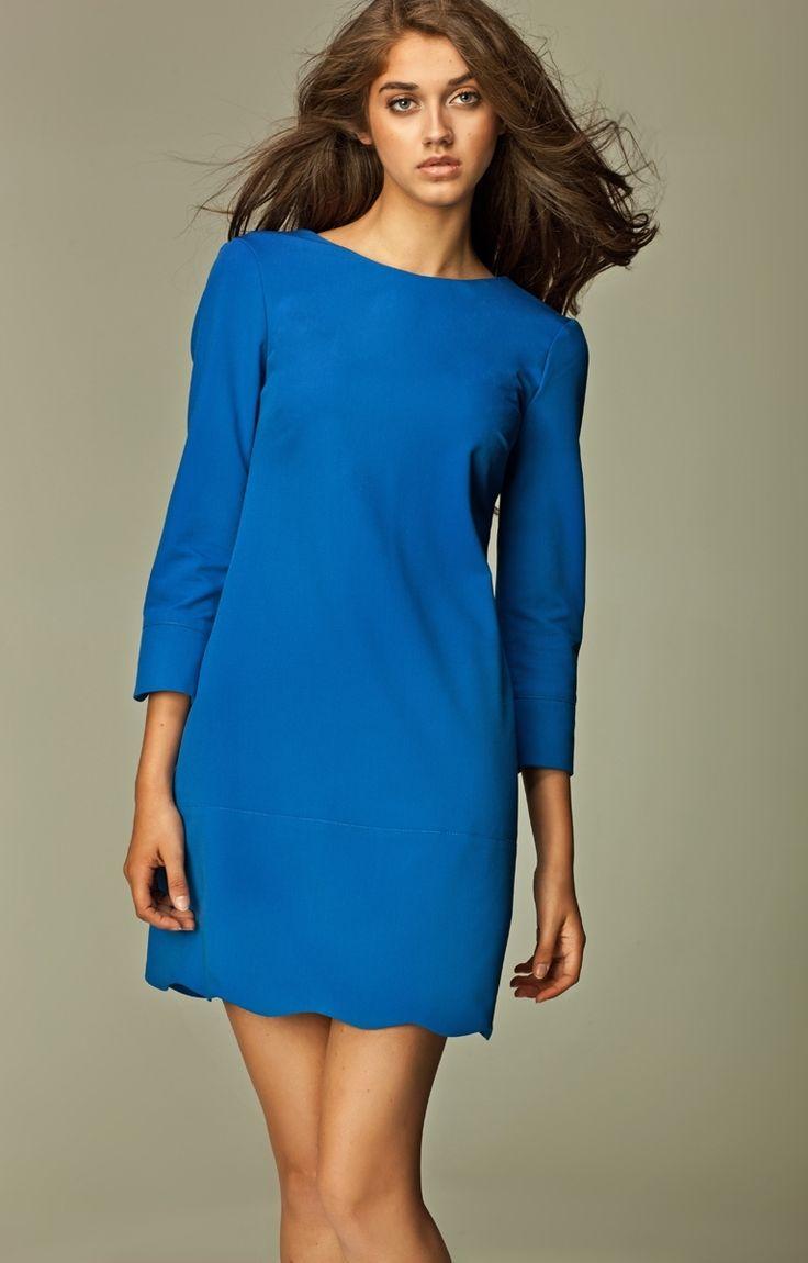 Petite robe charmante au joli décolleté en V au dos. Les détails qui font la différence: la fermeture éclair au dos et la finition de l'ourlet en pétales!