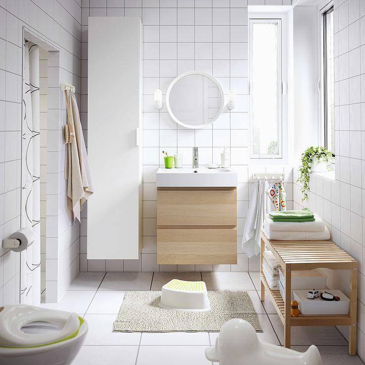 Ein mittelgroßes Badezimmer u. a. mit GODMORGON Waschbeckenschrank mit 2 Schubladen Eicheneffekt weiß lasiert