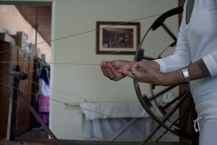spinning the wool / fiar a lã   von Alice Bernardo
