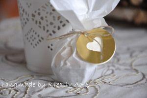 Noch ein Projekt von meinem Ideentisch. Ganz in gold, aber auch ganz schlicht, wie ich finde. Die Kombination von vanille und flüsterweiß finde ich klasse. Passen für den Tisch – das Menü. Fü…