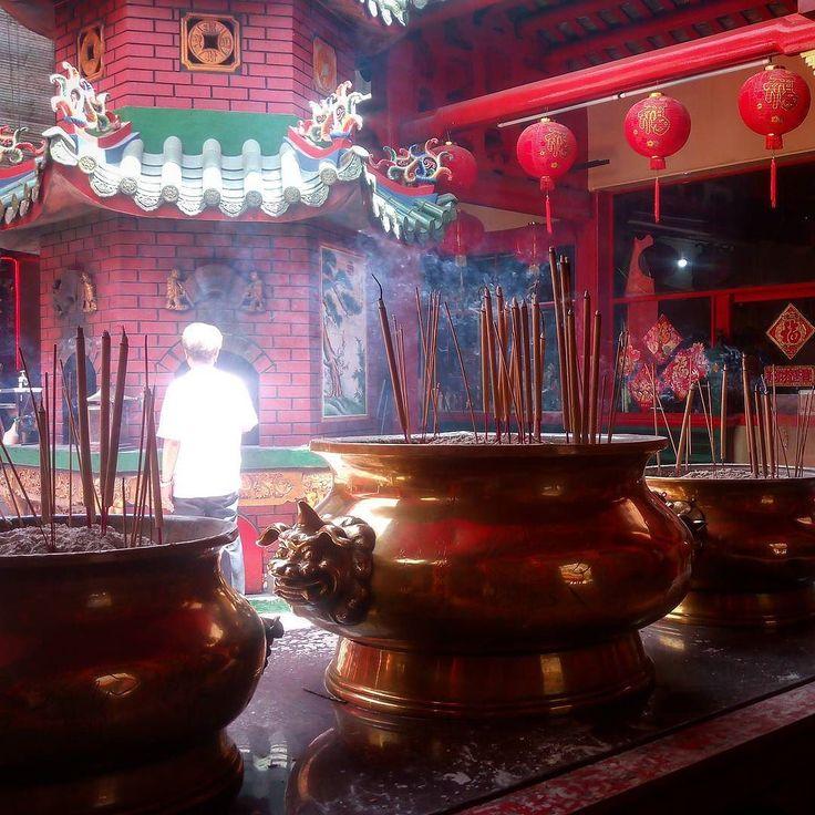 #что_там #what_is_there 144 день в пути Ветер несётся сквозь храм. На лету подхватывая дым благовоний уносит его в небо. Китайские боги чихают от него. Просыпаются и вспоминают про каждого кто воткнул ароматную палочку в песок.  #малайзия #куала_лумпур  #ислам #пальма #цветы #храм  #путешествие  #кофе #солнце #зной #путь #дорога #прогулка #malasia #kuala_lumpur #sun #hiking  #traveling #trip #way #islam # #mauntains #boat #flower #tample