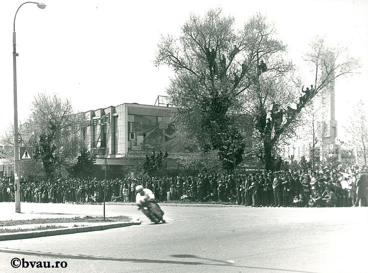 """Galați : Concurs de motociclete în Țiglina I / Năstase Marin .- Galaţi, 1972. Imagine din colecțiile Bibliotecii """"V.A. Urechia"""" Galați."""
