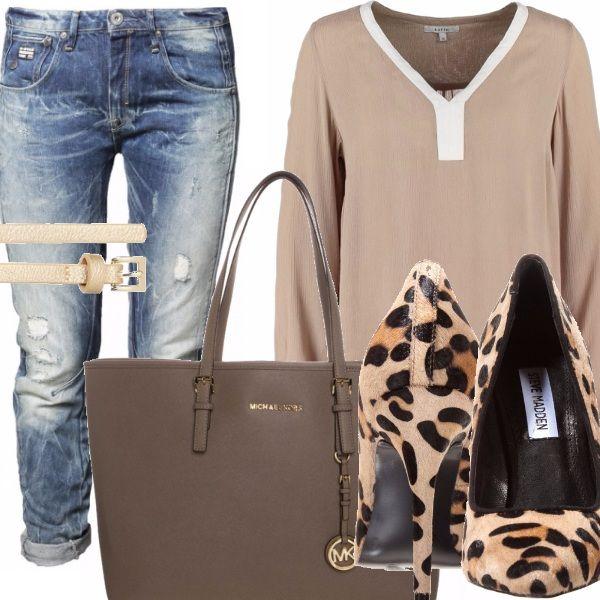 Jeans cinque tasche modello boyfriend, camicetta color sabbia  con profili bianchi a maniche lunghe , cinturina sottile , scarpe tacco alto stampa animalier, borsa modello shopping color tortora scuro.