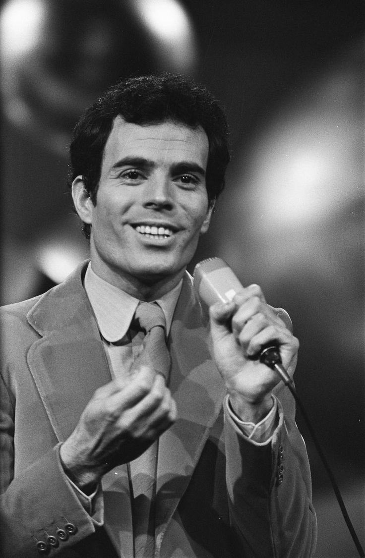 Julio José Iglesias de la Cueva (Madrid, 23 de septiembre de 1943), conocido como Julio Iglesias, es un cantante, compositor, productor musical y empresario español.