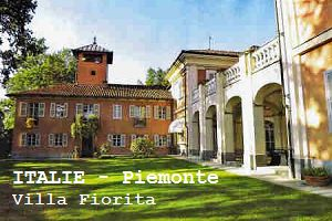 VILLA FIORITA - PIEMONTE - ITALIË  Villa Fiorita ligt op circa 7 kilometer van Asti op een zonnige heuvel uitkijkend over de Tanaro vallei. Het prachtige 18e-eeuwse herenhuis is volledig gerestaureerd en biedt nog steeds de charme uit het verleden.   Bij aankomst rijdt u via een kronkelende oprijlaan door een wijngaard omhoog naar de top van de heuvel waar het huis temidden van oude bomen, een tuin en 30 hectare aan wijngaarden ligt. Een fraai versierd hek biedt toegang tot het landgoed.