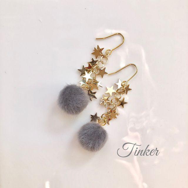 【Tinker】フェイクファーとたくさんの星の揺れるタイプピアス(イヤリング)です。グレーのポンポンのようなフェイクファーはとても可愛いです♡可愛いポンポンに星がたくさんついてる、他にはないデザインです。長さも使いやすいサイズにしてあります。※金属アレル...