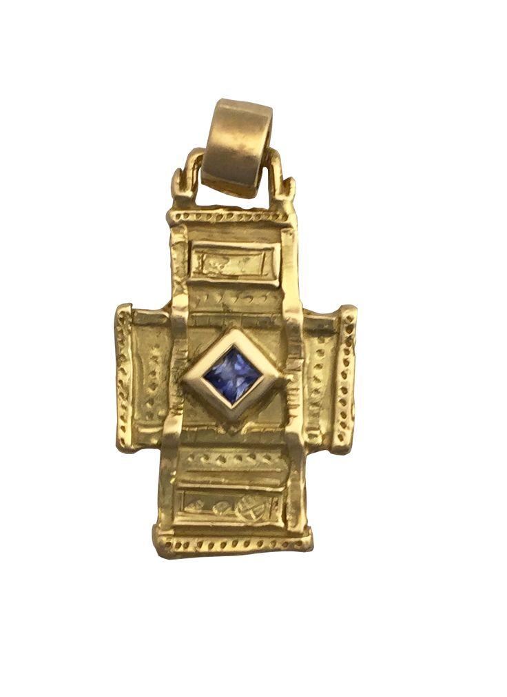 Croix en or jaune et saphir bleu carré de Luc Taillandier collection Antique. http://www.luc-t.com