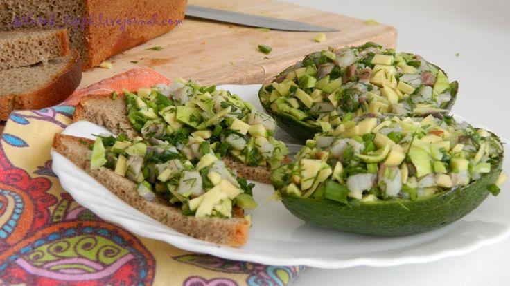 Вкусная штука. Научила меня мама мужа. Чем спелее авокадо, тем лучше будет ложиться на хлеб. Продукты простые. Селедка, авокадо и зелень. Заправки никакой не надо. И…
