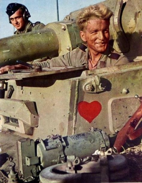 Great color shot of a panzer IV driver & the radio/bow gunner.