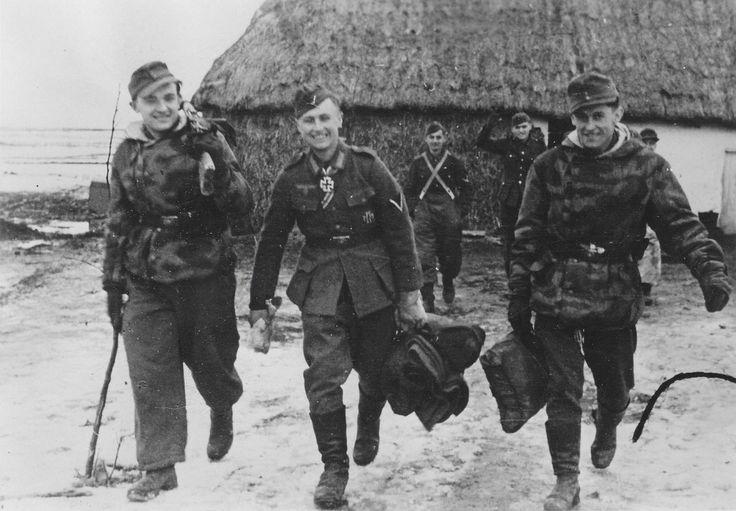 """1944, Le """"Gefreiter"""" Manfred Kuhnert, tireur au fusil antichar, lors de son départ en permission après avoir reçu la Croix de Chevalier. Il a 19 ans"""
