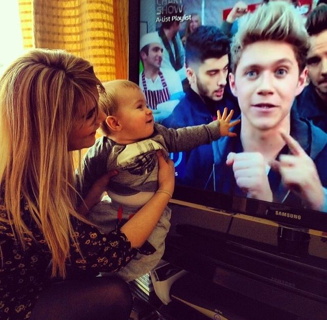 THEO WATCHING NIALL ON TV. IT'S TOO MUCH!