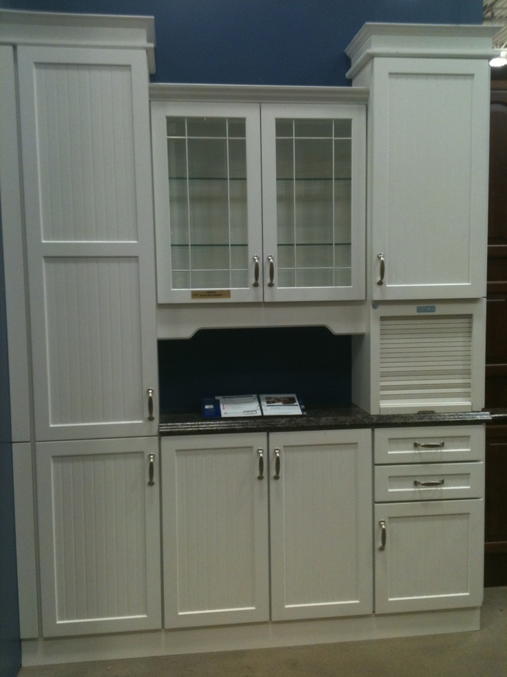 White Kitchen Cabinet Display At Lowe S I Like The Roll