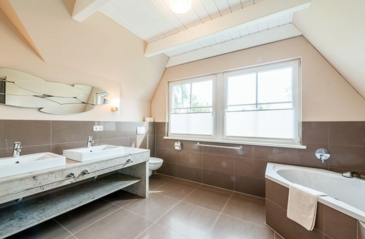 Für 9 Personen, im EG: Wohnzimmer mit gemütlicher Sitzgarnitur und Kamin Essbereich, vollausgestattete Küche Saunabad mit Dusche und WC, im OG: 2 Schlafzimmer mit jeweils einem Doppelbett, 1 Schlafzimmer mit einem Einzelbett und im ausgebauten Spitzboden befinden sich insgesamt 4 Einzelbetten, Bad mit Eckbadewanne, Dusche, Waschtisch und WC, Terrasse mit Liegestühlen, Sonnenschirm und Grill. Haustiere erlaubt. Usedom - Lieper Winkel - Ostsee