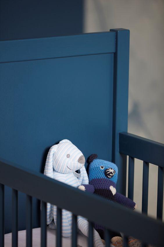 Kinderbedje met de donkerblauwe verfkleur #donkerblauw #ledikant #knuffel