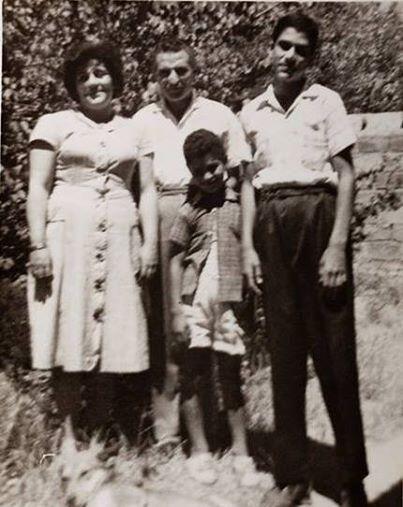 Deniz Gezmiş annesi Mukaddes Hanım , Babası Cemil Bey ve kardeşi Hamdi Gezmiş ile evlerinin bahçesinde / Sivas , 1961