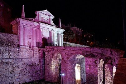Vivi #Bergamo il giovedì: stasera la città si colora di #rosa. Imperdibili i giochi di #luce sugli edifici storici della nostra città e gli spettacoli delle fontane pirodanzanti. Ma non solo: negozi aperti, concerti e proposte gastronomiche.  #luxury #design #hotel #bergamo #centrostorico #old #medieval #town #italy