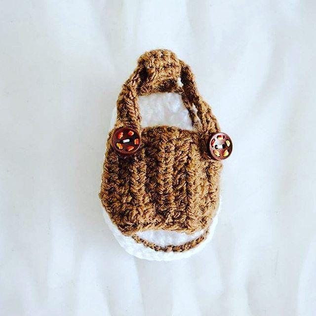 Sandalia de 0 a 3 meses en tono blanco y café. Pide y personaliza unas para tu bebé #decorazon #soydecorazon #detodocorazon #crochet #tejido #zapatitos #zapatosparabebe #shoes #shoesforbabys #huaraches #sandalias #hechoamano #handmade #Colima