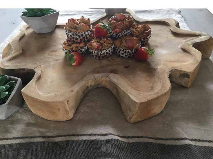 Muffins met aardbeien zonder toegevoegde suikers. Voor dit heerlijke recept en meer gezonde en biologische recepten, neem eens een kijkje op mijn foodblog, Organic Happiness