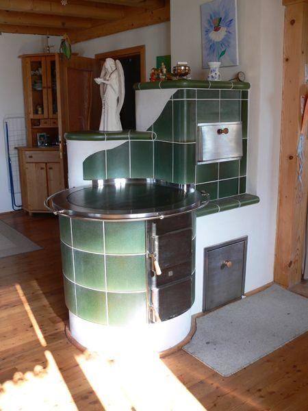 Kachelherd mit runder Herdplatte und Holzlade Bild 319