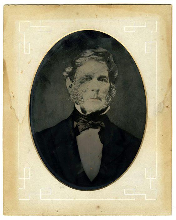 Onbekend (19de eeuw) - Portret van een heer  Zeer grote ferotypie of Tintype uit Amerika. Tin types waren een populaire en betaalbare vorm van fotografie tussen ruw weg 1860 en 1880. Eigenlijk een vorm van wet-plate fotografie of natte Collodion maar dan niet op glas (Ambrotypie) maar op metaal. Miljoenen zijn er gemaakt op het formaat van CDV maar een klein aantal op groter formaat. Het hier aangeboden grote exemplaar van een heer in een studio opname is 16.5 x 22 cm. en heeft een passe…