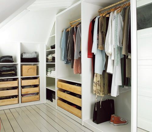 Ordning & reda! De breda lådorna till strumpor och underkläder samt klädstången har köpts kompletta, med beslag och handtag på Ikea.