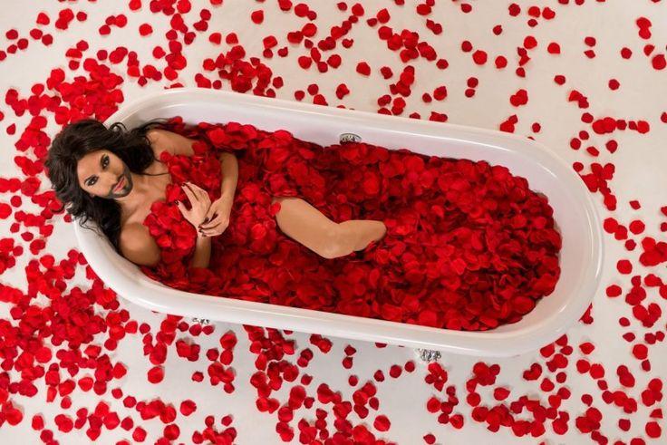Buze sângerii, coafură perfectă, rochie elegantă cu spatele gol și machiaj în ultimele tendințe – până aici toate frumoase. Unicul element care trădează reprezentanta Austriei la Eurovision 2014 este barba neagră – un atribut total masculin. Concurenul Cristinei Scarlat la ESC 2014 din partea Austriei este un travestit.
