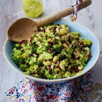 Brokkoli-Cranberry-Salat mit Currydressing Rezept