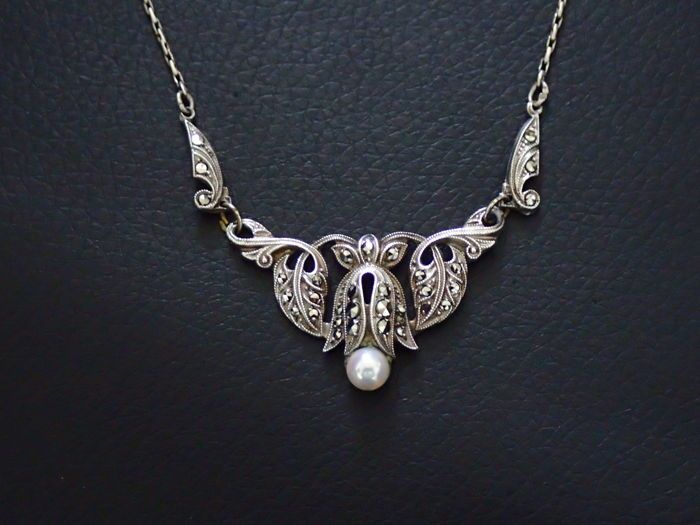 Beautiful Art Nouveau Lavallière with marcasites and a pearl drop, maker's mark 'A R' in triangle