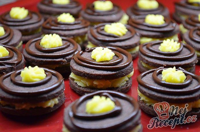 Kakaové sušenky s vanilkovou chutí a uprostřed vynikající máslový krém. Je to sice trochu piplačka, ale určitě stojí za tu námahu. Vypadají skvěle a chutnají ještě lépe. Autor: Lacusin