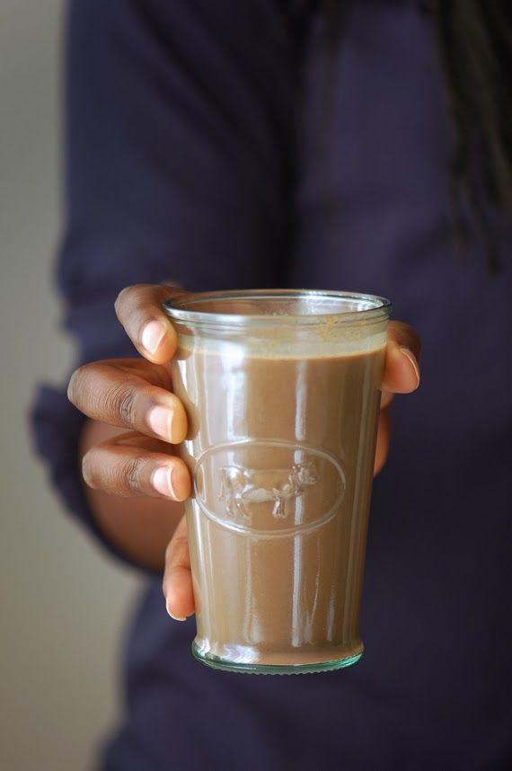 Chocolat chaud aux épices chai : 500 ml de lait 1 c. à café de cannelle en poudre 1 pincée de gingembre 3 clous de girofle ½ c. à café de muscade en poudre ½ c. à café de graines de cardamome 2 c. à soupe de cacao 100 % 4 à 6 c. à café de sucre  Faire chauffer le lait sans le faire bouillir et verser toutes les épices dedans. Laisser infuser 15 minutes hors du feu et filtrer.   Ajouter le cacao et le sucre. Bien mélanger avec un fouet et faire réchauffer si nécessaire.