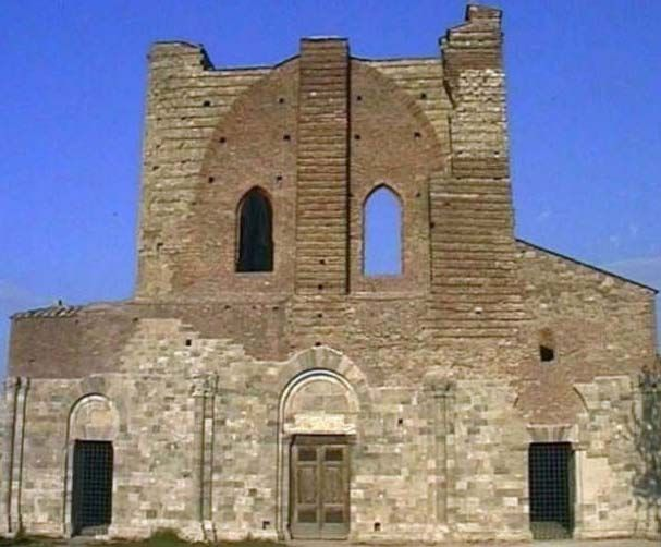 Front of San Galgano.4 half columns with pilasters, which had to support a porch never built. 3 doors with round arches, the crental one with acanthus leaves carved on the freize above. The top was built in XX century.