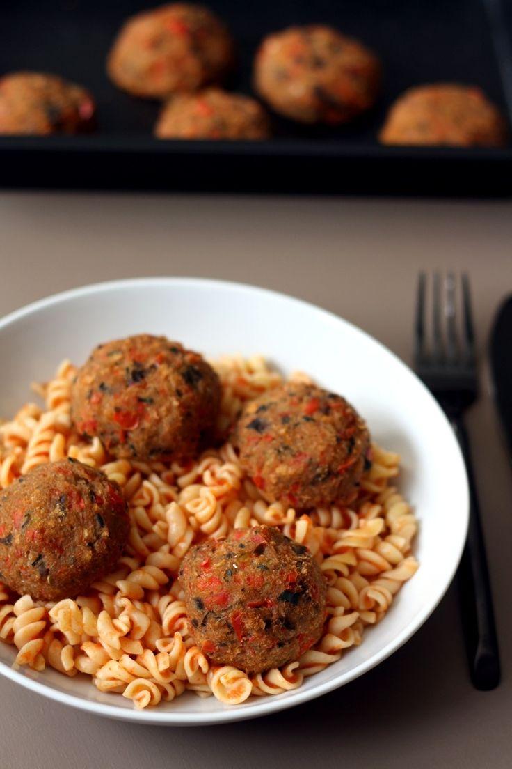 Voici une recette de boulettes de légumes qui devrait plaire aux enfants ou grands récalcitrants aux légumes (un peu comme moi). Servies avec de bonnes pâtes complètes et une sauce tomates maison (avec tomates du jardin en plus!) de quoi faire un plat...
