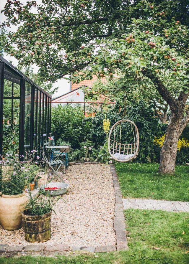 Vi har en lat morgon i växthuset. Planerar dagen och fyller magarna med bigarråer. Det är härligt att skapa flera olika rum i en trädgård. Vi har ju ett helt nytt växthus och då är det lite knepigt m