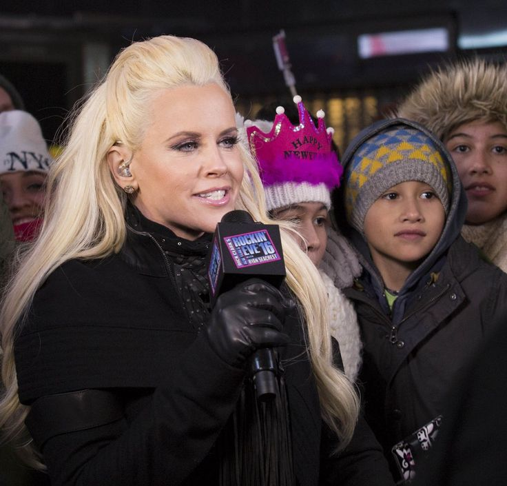 Jenny McCarthy and her husband Donnie Wahlberg pack on the PDA as they mark the New Year in Times Square http://celebs-life.com/jenny-mccarthy-husband-donnie-wahlberg-pack-pda-mark-new-year-times-square/ #jennymccarthy